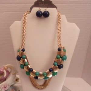 Nwts Fabulous layered necklace. M23-5